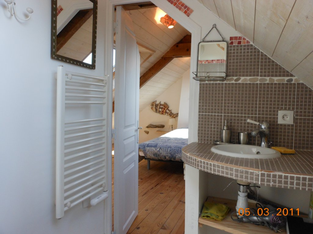 Maison vacances locmaria belle le location 9 personnes for Salle de bain grenier