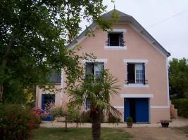 La maison rose aux volets bleus