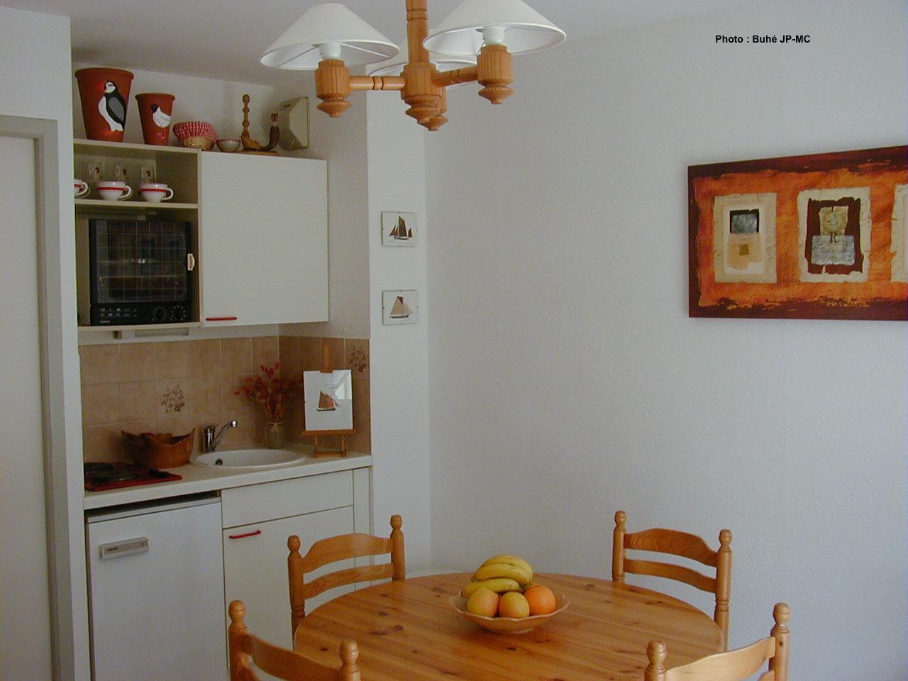 Appartement vacances pentrez plage st nic location 2 - Cuisine avec presqu ile ...