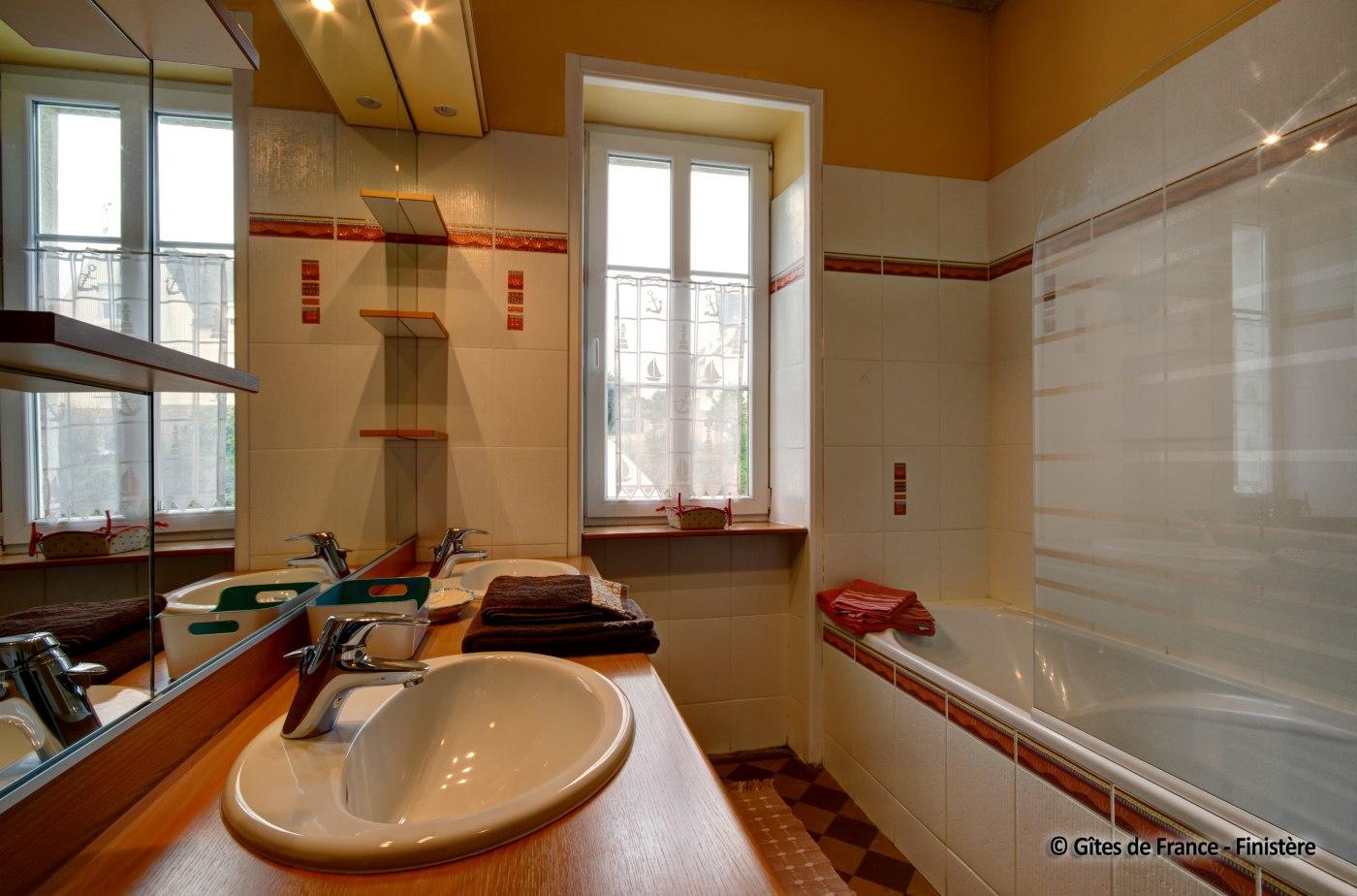 Salle De Bain Borgne maison vacances plomodiern location 12 personnes jean marc